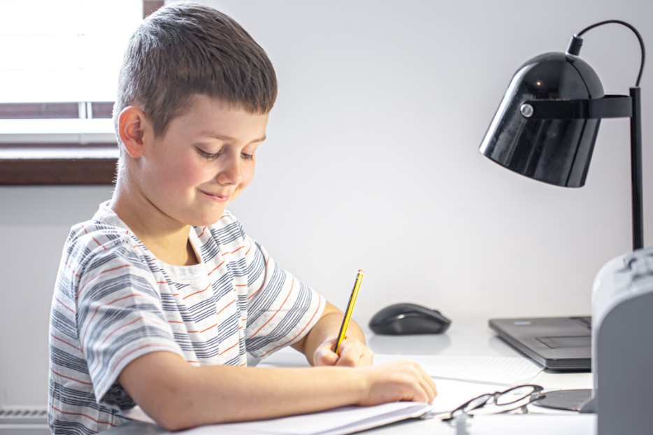 Criança estudando português em casa