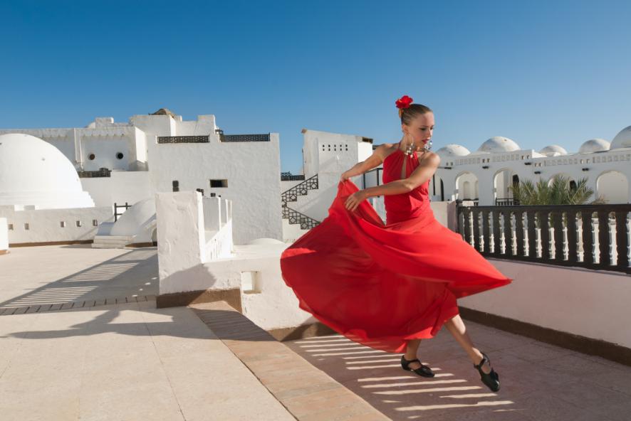 Dançarina de flamenco em um vestido vermelho em um telhado