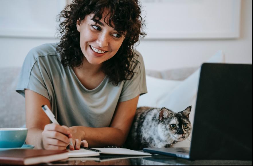 אישה עם חתול הלומדת סינית באינטרנט עם מורה LIM Lessons