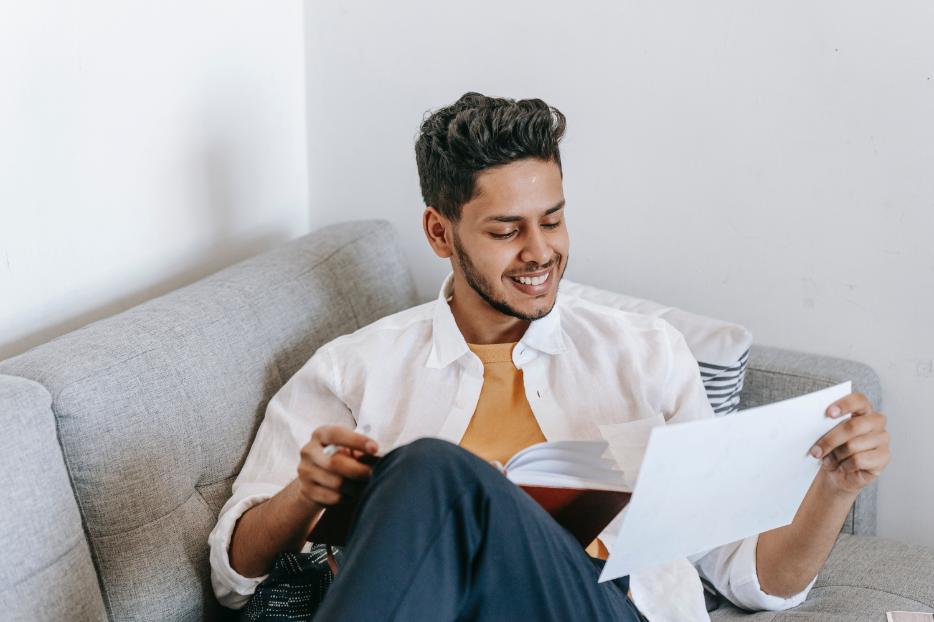 Homem estudando italiano usando a plataforma LIM Lessons