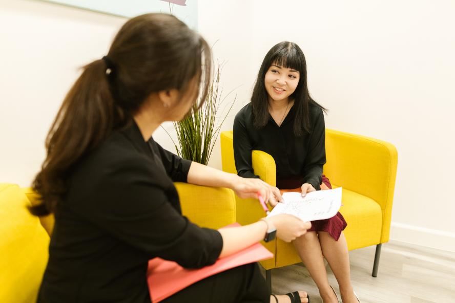 Mulher entrevistando para um emprego em japonês