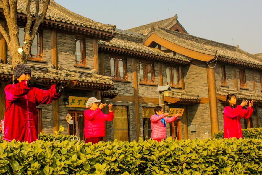נשים שמתרגלות טאי צ'י יחד בחוץ