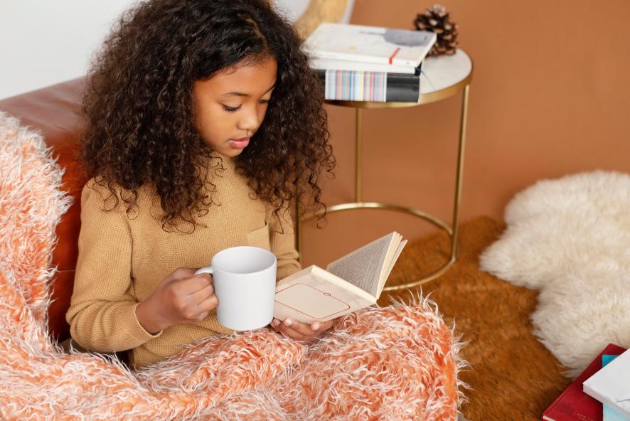 فتاة شابة تقرأ كتابًا