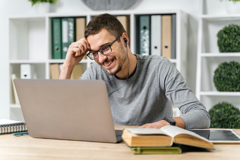 تعلم قواعد اللغة في درس عبر الإنترنت