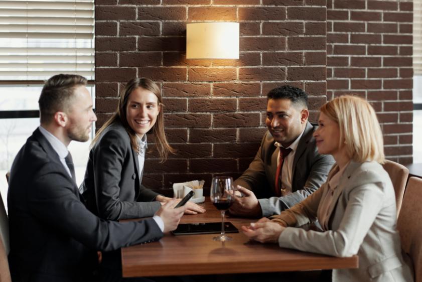 En grupp kollegor tillbringar tid tillsammans efter jobbet