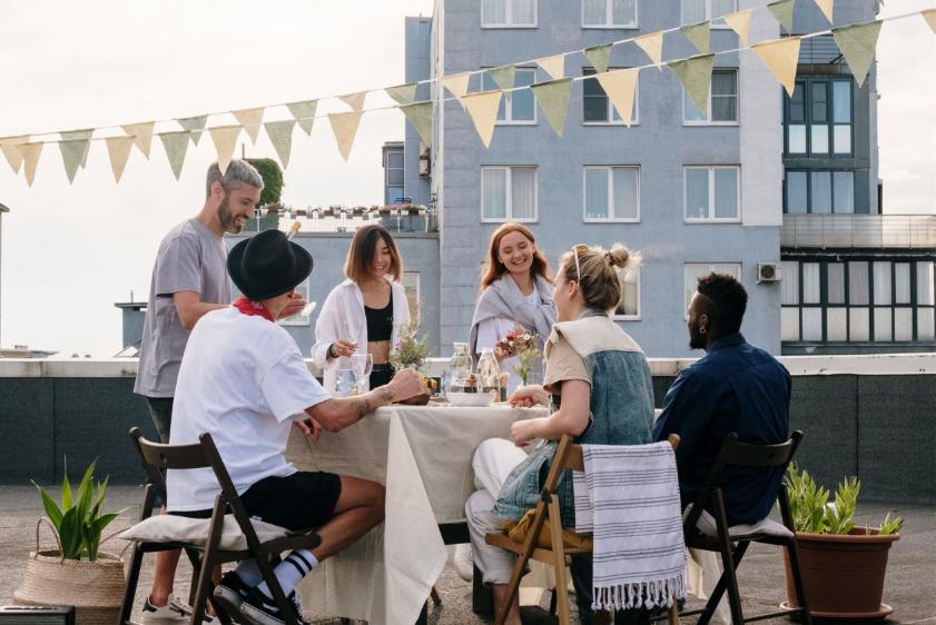 Amigos compartilham uma refeição em um telhado na Rússia