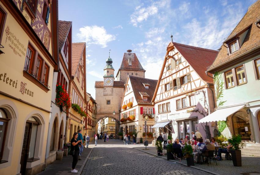 En härlig gata i Rothenburg ob der Tauber, Tyskland