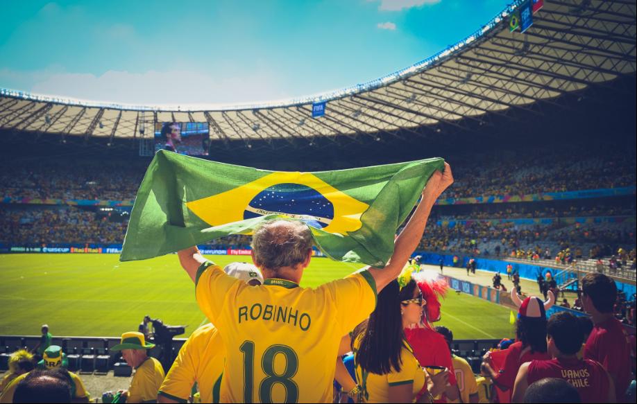 Een voetbalfan bij de voetbalwedstrijd in Brazilië